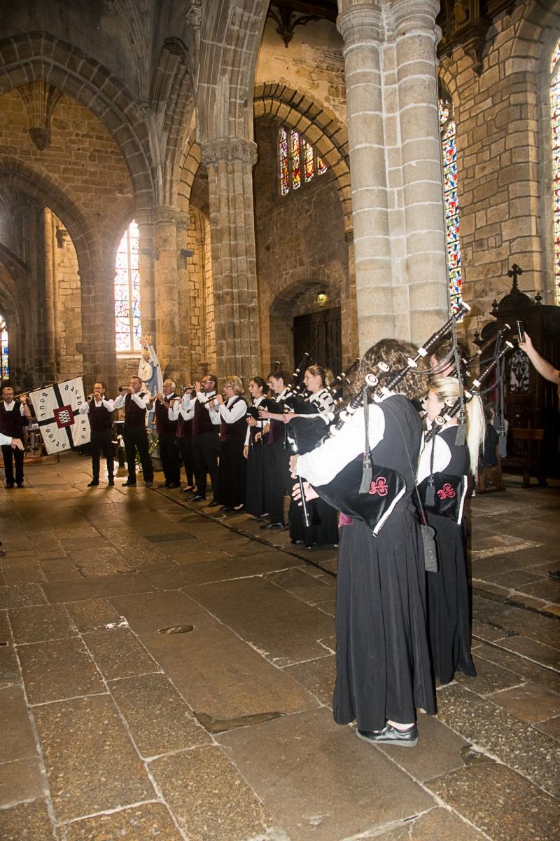 DSC_4108 18 aout 2019. Le Bagad Boulvriag à la basilique de Guingamp pour la messe de la Saint-Loup.