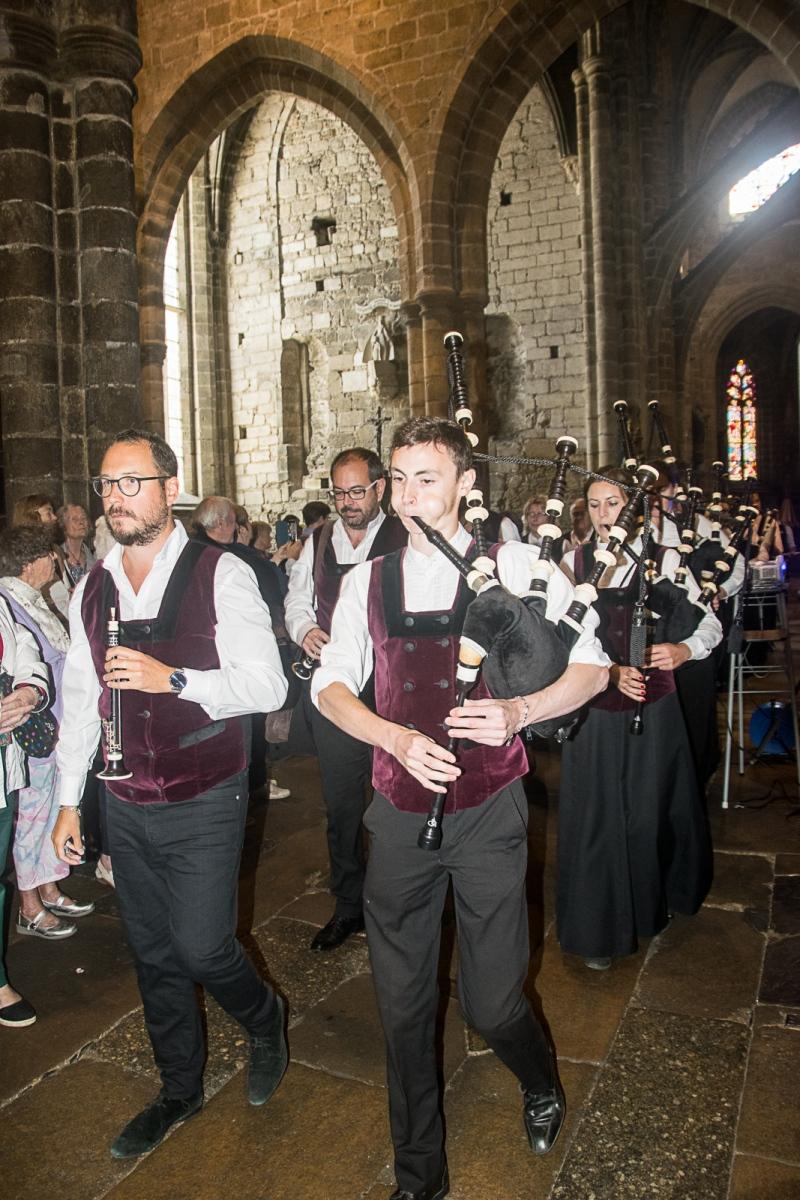 DSC_4119 18 aout 2019. Le Bagad Boulvriag à la basilique de Guingamp pour la messe de la Saint-Loup.