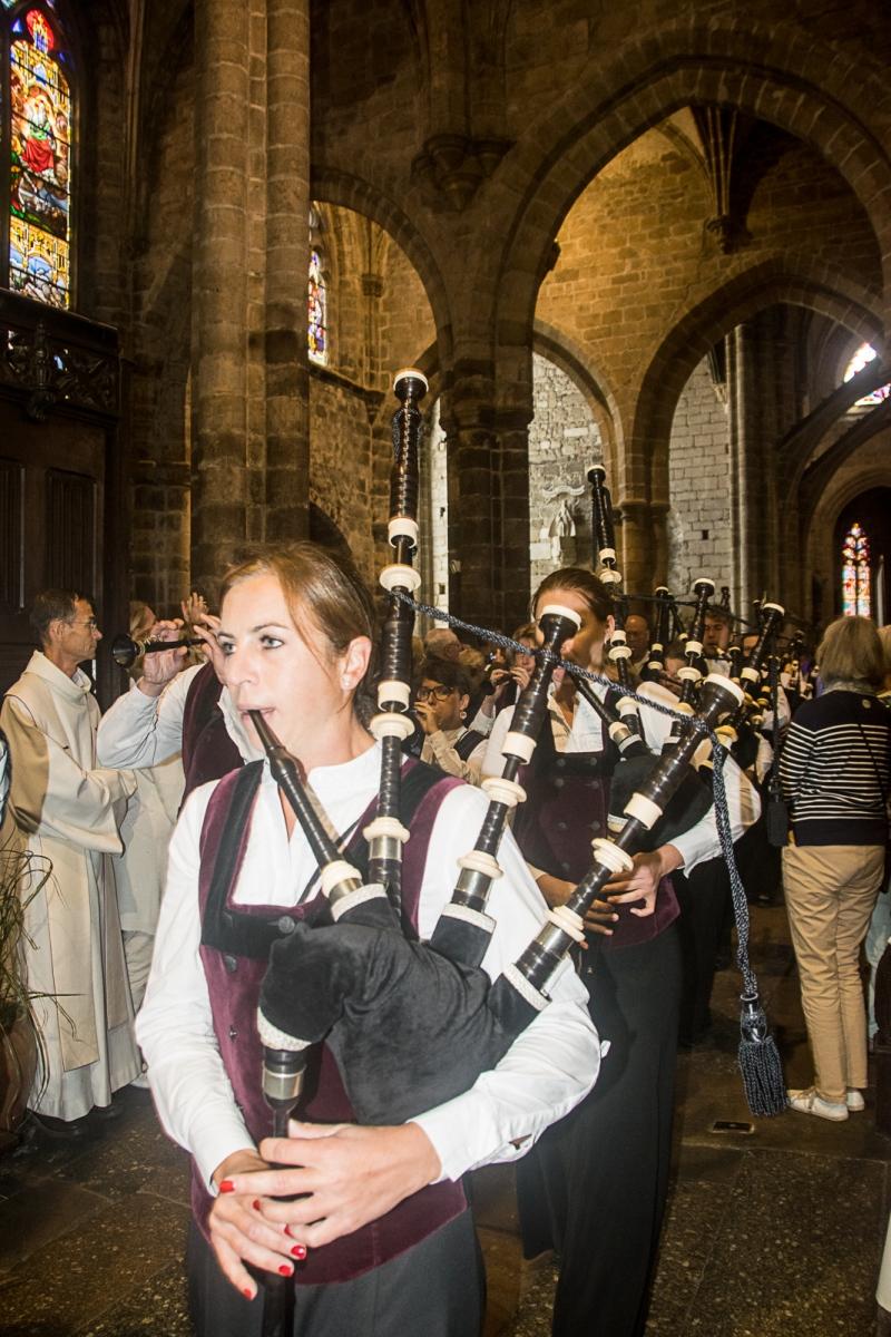 DSC_4121 18 aout 2019. Le Bagad Boulvriag à la basilique de Guingamp pour la messe de la Saint-Loup.
