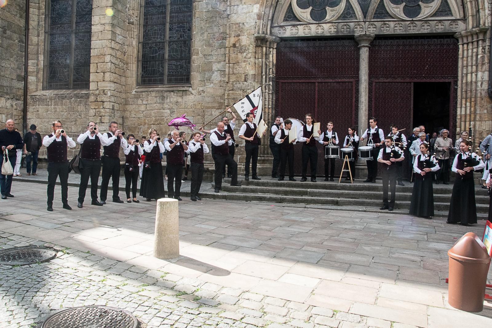 DSC_4128 18 aout 2019. Le Bagad Boulvriag à la basilique de Guingamp pour la messe de la Saint-Loup.